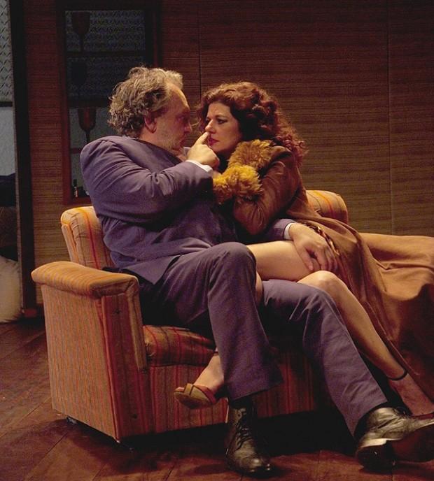 """Luciano Chirolli e Gilda Nomacce em cena de """"Gotas D´Água"""""""