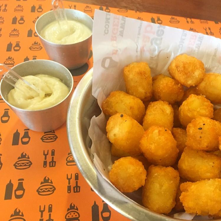 Porção de batata com dois potes das novas maioneses