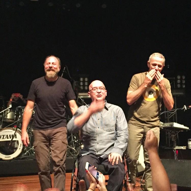 Grupo após show de sexta (19) no Teatro J. Safra (foto: Fabiana Seragusa/Folhapress)